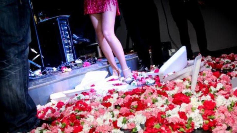 Νέοι κανόνες στα μπουζούκια: Λουλούδια μόνο στα πόδια των καλλιτεχνών, όχι στο πρόσωπο